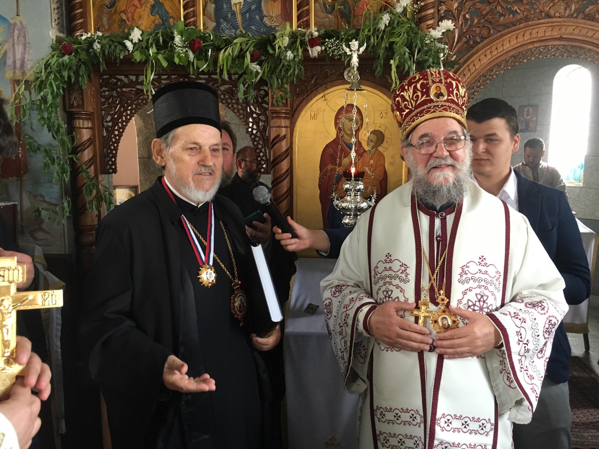 Епископ сремски Г. Василије одликовао шабачког епископа Г. Лаврентија