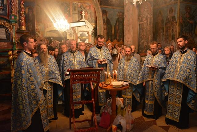 У манастиру Крушедол синоћ у 22 часа служена је Света тајна јелеосвећења