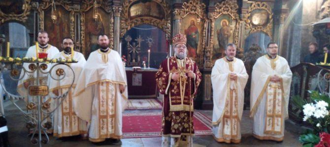 СВЕТА АРХИЈЕРЕЈСКА ЛИТУРГИЈА НА ПРАЗНИК МАТЕРИЦА У СЕЛУ ЈАЗАК