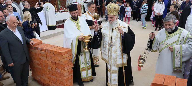 Његова Светост Патријарх српски г. Иринеј служио је чин освећења темеља храма Сабора Светог Јована Крститеља у Жаркову
