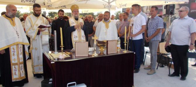 Његово Преосвештенство Епископ сремски Г. Василије освештао темеље храма Светог пророка Илије у Лаћарку
