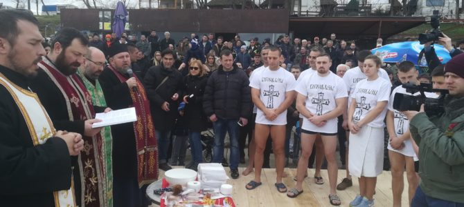 На Богојављење одржано пливање за Часни крст на језеру Борковац у Руми