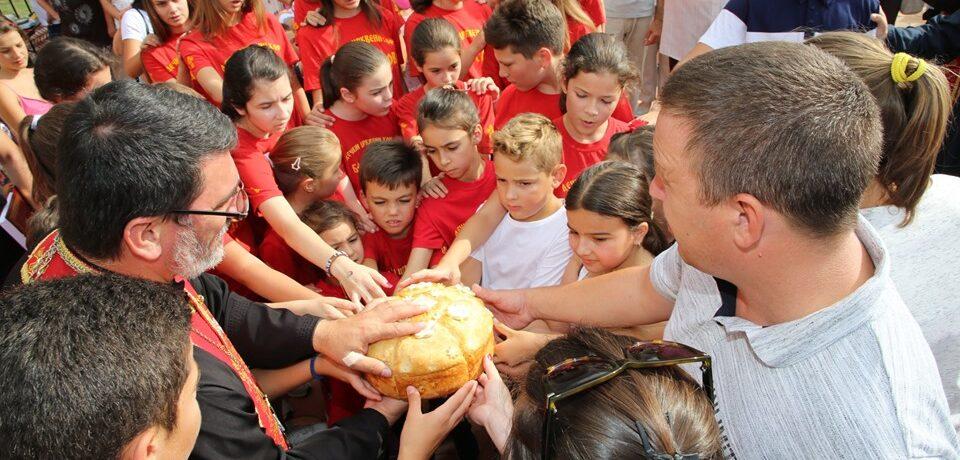 Дечије дружење и игре без граница у сремскомитровачком храму  Светих  Кирила и Методија