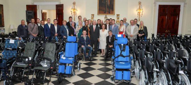 Бели двор уручио125 инвалидских колица за 10 установа широм Србији