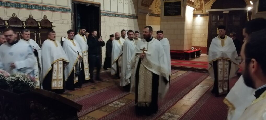 У Грчкој цркви у Руми одслужено вечерње богослужење крај моштију Светог Арсенија Сремца