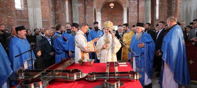 Патријарх српски г. Иринеј освештао крстове за нови храм у Реснику