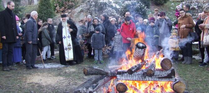 Налагање Бадњака у манастиру Велика Ремета