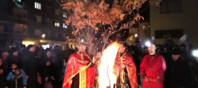 Паљење Бадњака у храму Силаска Светог Духа на апостоле у Руми