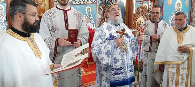 Светом архијерејском Литургијом сремскомитровачки храм Св. Кирила и Методија прославио своју славу