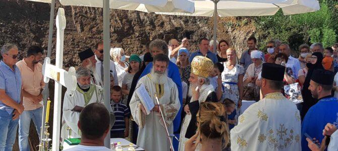 Патријарх српски г. Иринеј освештао темеље храма у Селу Раковици