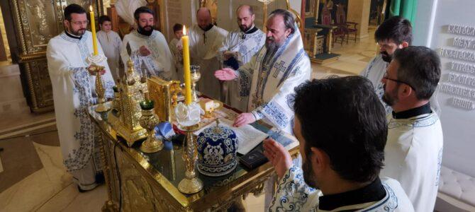 Владика Стефан служио свету Литургију и помен на гробу патријарха Иринеја у крипти храма Светог Саве