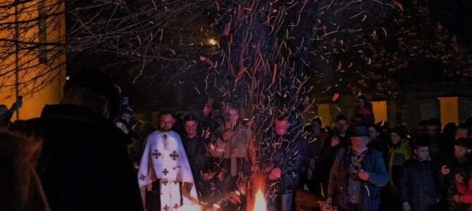 Паљење Бадњака у храму Светог архангела Гаврила у Лаћарку