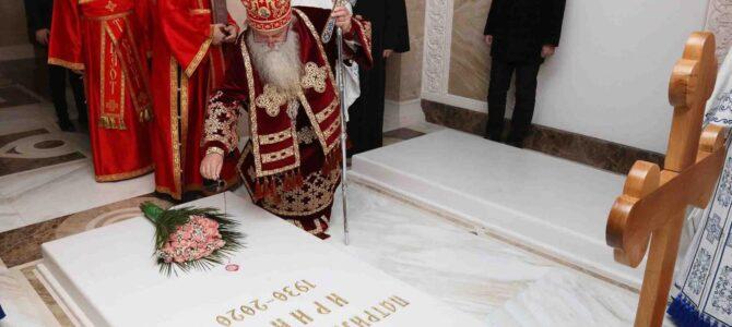 Митрополит Хризостом служио свету Литургију и помен на гробу патријаха Иринеја у крипти храма Светог Саве