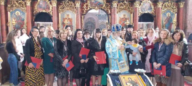 Владика Василије у Лаћарку служио Свету Литургију и доделио ордење Свете мајке Ангелине