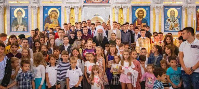 Хиљаде ученика и студената у Саборном храму Светог Саве на Патријарашкој Литургији и молитви за благословен почетак школске године